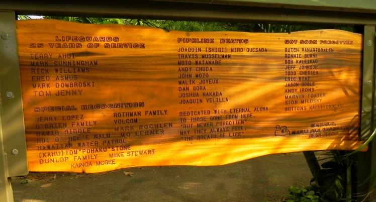 Pipeline - Cartel com dedicatórias aos salva-vidas e a alguns surfistas que morreram em Pipe