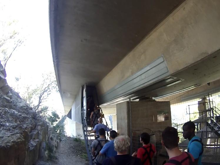 """Entrando na """"passarela"""" fixada abaixo da ponte"""