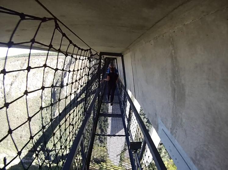 Por aqui caminha-se até o centro da ponte