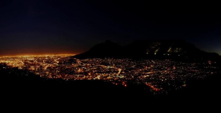 Cape Town e a Table Mountain à noite