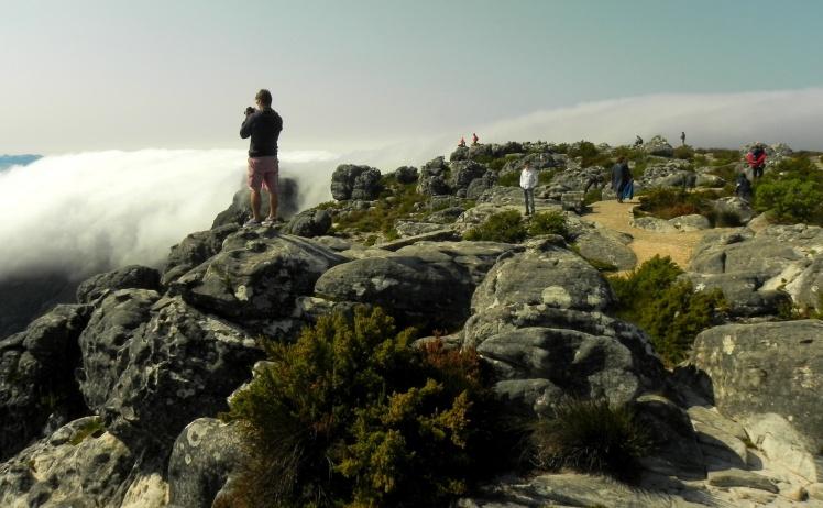 """Table Mountain com a """"cachoeira de nuvens"""""""